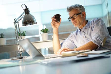 Homme d'affaires au bureau, parler au téléphone Banque d'images