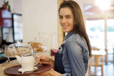 Camarera en la cafetería con bandeja Foto de archivo - 91117748
