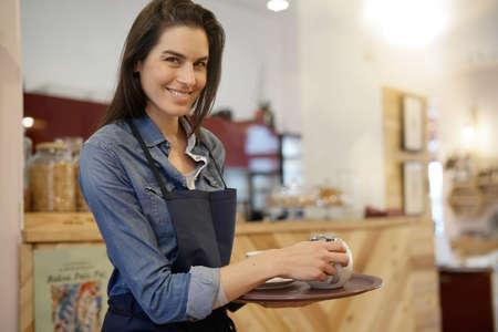 Camarera en la cafetería celebración Foto de archivo - 91099270
