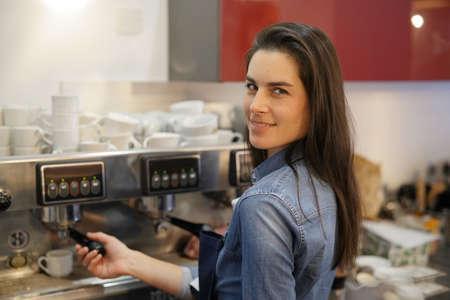 Garçonete servindo expresso da máquina de café Foto de archivo - 91381126