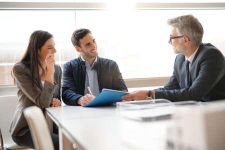 Jeune couple, rencontre, conseiller financier, pour, maison, investissement