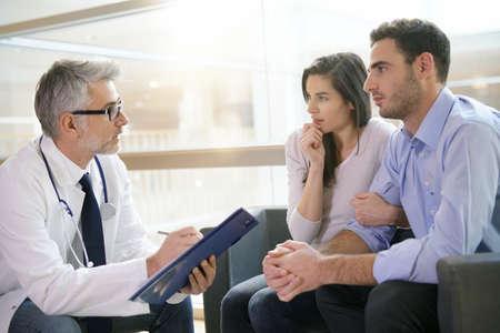 Couple, rencontre, spécialiste médical, hôpital