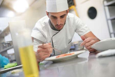Plaque de garniture de cuisine professionnelle dans la cuisine du restaurant Banque d'images