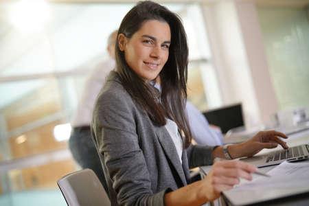 Femme d'affaires travaillant dans le bureau sur ordinateur portable