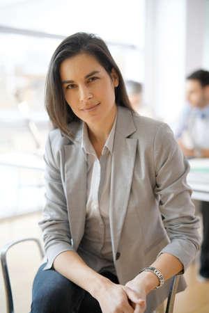 Portrait de femme d'affaires avec un costume gris Banque d'images