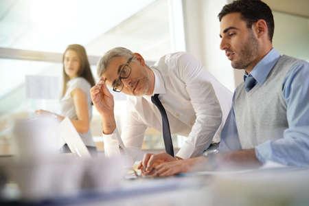 Les personnes financières travaillant ensemble sur le budget au bureau