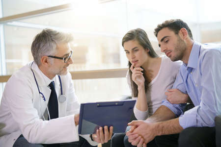 Couple meeting medical specialist at hospital Banque d'images