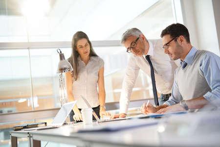 Équipe d'affaires travaillant ensemble sur un projet financier Banque d'images