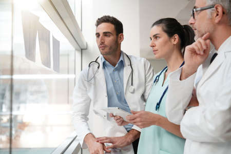 Réunion de l'équipe médicale pour parler des rapports médicaux