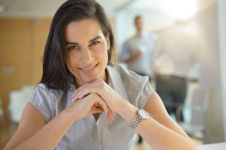 Portrait of cheerful brunette office-worker Banque d'images