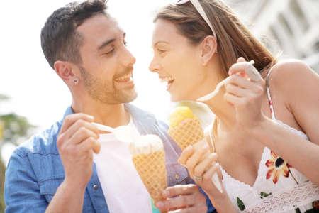 아이스크림을 먹고 휴가에 젊은 부부 스톡 콘텐츠 - 94596706