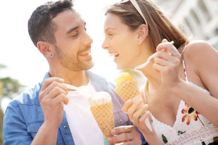 Young couple on vacation eating ice cream Stockfoto