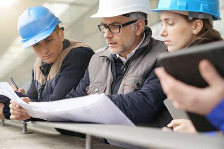 Istruttore con giovani in ingegneria