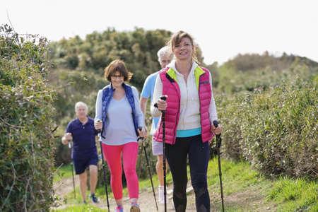 Personnes âgées nordic walking par la côte atlantique Banque d'images - 98121991