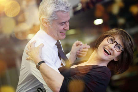 pareja romántica senior bailando juntos en el salón de baile