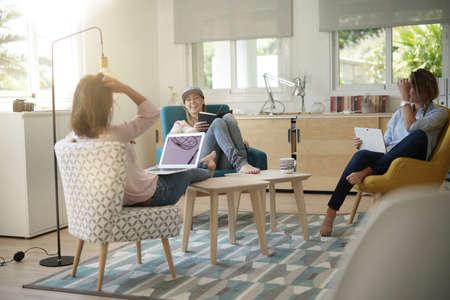 Compañeros de piso hablando juntos en la sala de estar
