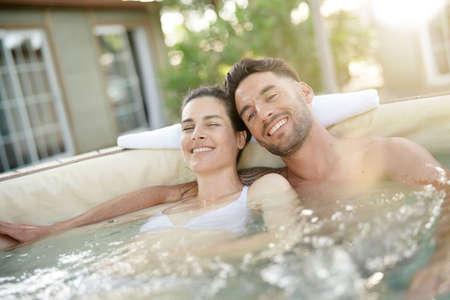 Couple profitant d'un moment de détente dans un bain