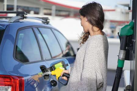 Brunette at gas station Stockfoto