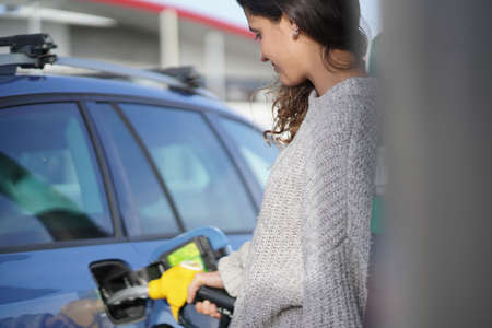 ガソリンスタンドでブルネット