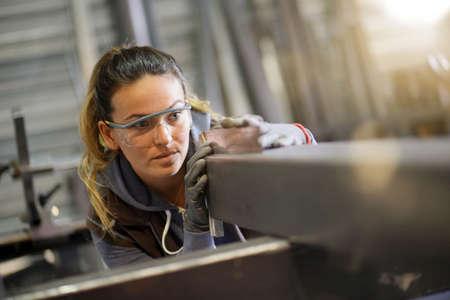 Vrouw leerling opleiding in metaalbewerking workshop Stockfoto