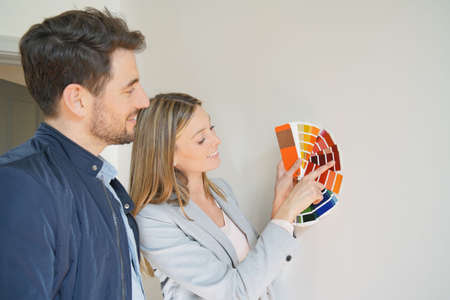 Wife showing husband colour chart in new home Banque d'images - 119270580