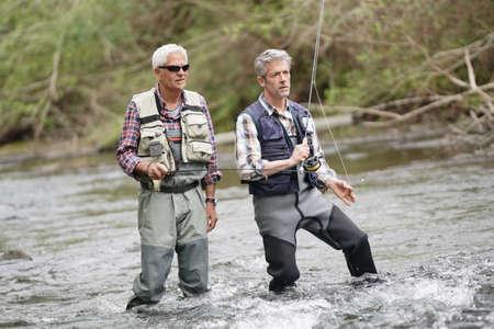 Expert en pêche à la mouche guidant les novices en rivière