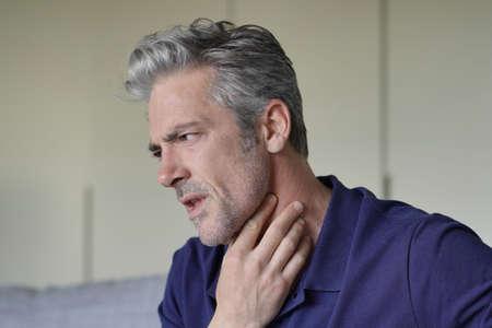Uomo maturo con mal di gola a casa