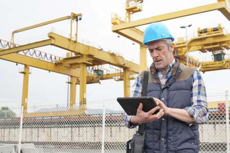 Trabajador de la construcción madura inspeccionando la vista del trabajo Foto de archivo