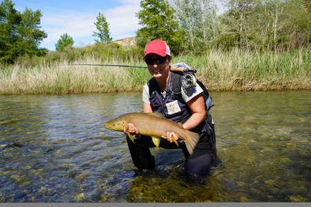 woman fishing in the river Foto de archivo - 124679953