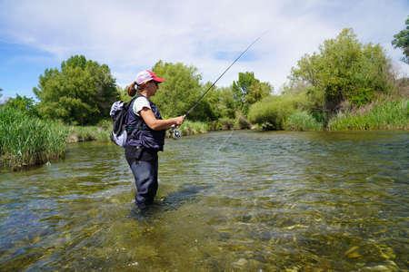 woman fishing in the river Foto de archivo - 124681780