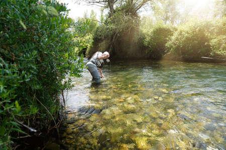 fly fisherman in the river Foto de archivo - 124702988