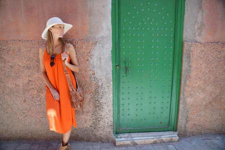 Beautiful woman walking through streets in Marrakech Stockfoto