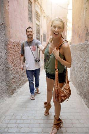 Couple holding hands walking in Marrakesh Stockfoto