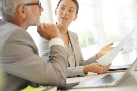 Koledzy z biznesu korporacyjnego współpracujący w nowoczesnym biurze
