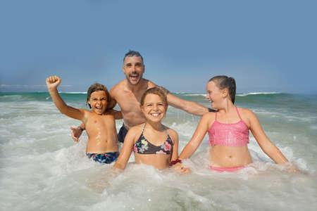 Famille s'amusant dans les vagues