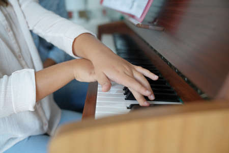 Closeup of childs hands playing the piano Stockfoto