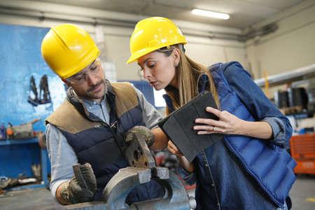 직원에게 지침을 제공하는 기계 작업장 관리자 스톡 콘텐츠