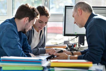 Jeunes en bureau d'études avec instructeur