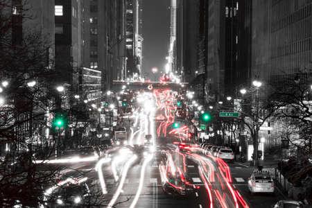moyens de transport: ETATS-UNIS. Nuit NYC. Le trafic à l'intersection de la 42e rue et 2nd Ave. Noir et blanc