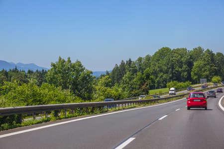 Duitsland. Zomerdag. Voorstedelijke snelweg. autoverkeer