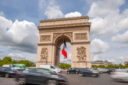 La France. Paris. Place autour de l'Arc de Triomphe. Circulation dense. Les nuages courent vite