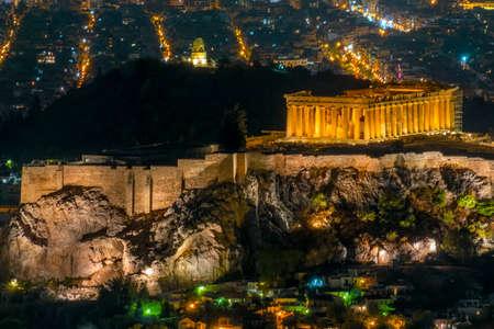 Griechenland. Athen. Sommernacht. Beleuchtete Akropolis und Lichter der Stadt