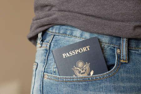 청바지 주머니에 미국 여권의 근접 촬영. 여행 및 휴가 준비.