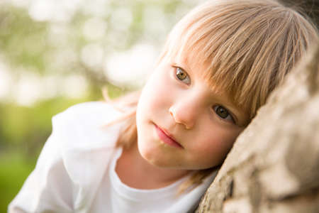 거리를 찾고 생각하고 사랑 스럽다 금발 아이 소년의 초상화. 심각한 자식 야외에서 앉아있는 동안 꿈입니다.