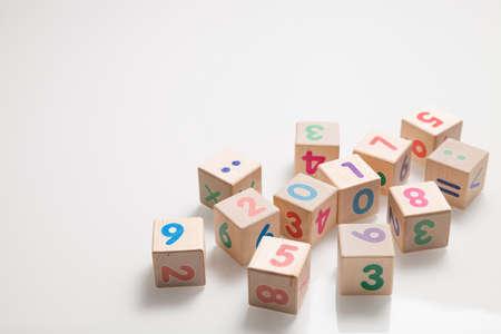 흰색 배경에 숫자와 함께 나무 큐브. 교육 및 학습 개념입니다. 2017 학년도. 스톡 콘텐츠