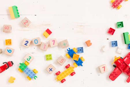 숫자와 흰색 나무 배경에 화려한 장난감 벽돌 목조 큐브에 상위 뷰. 테이블에 장난감 스톡 콘텐츠