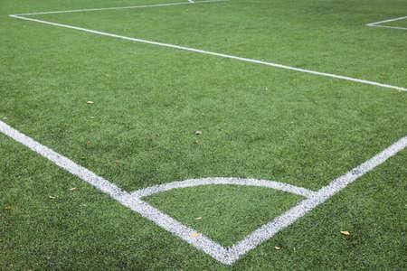 Eckstoßlinie des Fußball- und Fußballfeldes, künstliche grüne Grasbeschaffenheit auf Fußballstadion. Sportkonzept. Nahansicht Standard-Bild