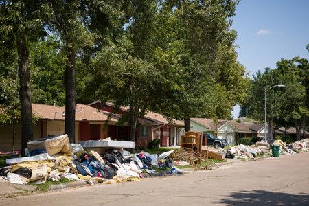 Houston, Texas, USA, 10. September 2017: Beschädigte Häuser auf einer der Straßen. Nach dem Hurrikan Harvey. Müll und beschädigte Haushalte außerhalb der Häuser.