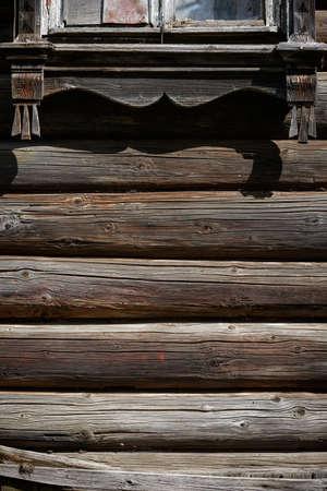 Russisches Blockhaus. Fragment der Blockwand. Hölzerner Hintergrund. Holzstämme Wand des Landhauses. Standard-Bild
