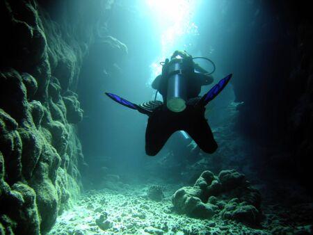 tiefe: Taucher in der Höhle und Sonnenlicht